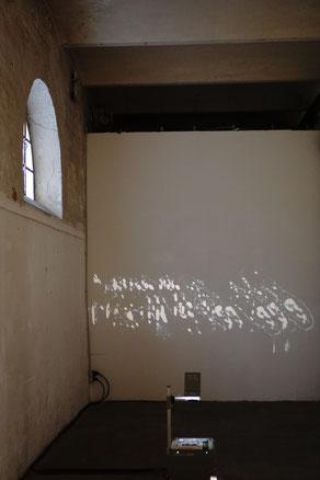 ohne Titel, 2018, gemeinsame Arbeit mit Pia Stoll, Tageslichtprojektor, Sonnenlicht, Folien.
