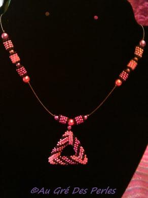 Ras de cou : Rocailles Miyuki, tissage Peyote et perles en verre nacrées sur fil câblé