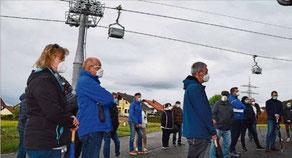 Rund 40 Betroffene lassen sich von Holcim die weiteren Lärmschutzmaßnahmen an der Seilbahn erläutern.  --  Foto: Visel