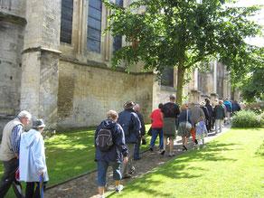 Randonneurs devant l'église Sainte Trinité de Falaise