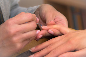 Nägel lackieren am Polterabend