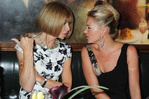 2009年、ロンドンレストランThe Ivyで、Ana Wintourと話すKate Moss