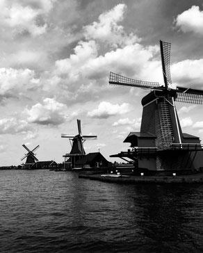 ꧁ ©Pierre Pavlovic, moulins à Zaandam, Pays-Bas ꧂