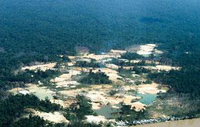 Uno de los muchos sitios de minería de oro ilegales en territorio yanomami.  © FUNAI (pie de foto)