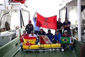 El equipo de investigadores celebra el hito de la primera circunnavegación del Atlántico Sur de robot submarino autónomo RU29. © Foto: Ben Allsup