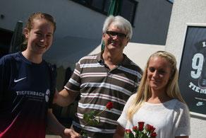 Kapitänin Katrin Brockmann (l.) mit Michael Kahnert und Christina Dierkes.