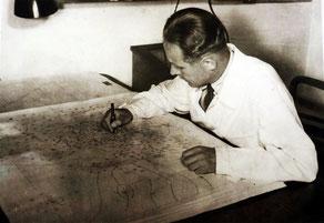 Dr. Georg Kühne beim Zeichnen einer Wetterkarte, 1954 in der Zentralen Wetterdienststelle Potsdam (ZWD)