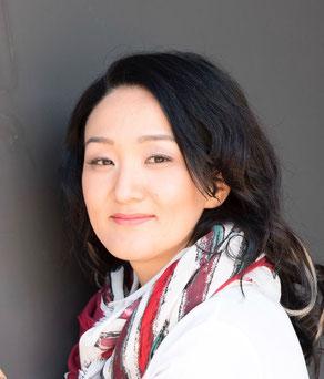 Nazira Cramer aus Kirgistan macht Schalpartys und betreibt das Geschäft Nazira Styles and More aus Münster und ist außerdem erfolgreich im Direktvertrieb mit Kosmetik - Mary Kay tätig