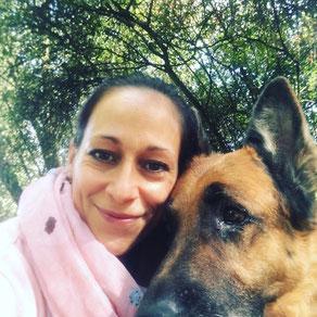 Natalie Neu mit ihrem Schäferhund in der Natur - im Wald - Tierliebe pur
