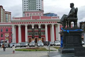 国立ドラマ劇場前広場のY・ツェデンバル像