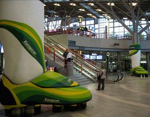 Herstellung zweier Fussballschuhe, um Säulen installiert, H 460 cm, Standort: Flughafen Stuttgart