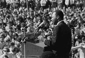 Мартин Лютер Кинг выступает против войны во Вьетнаме