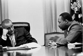 Мартин Лютер Кинг и президент Линдон Джонсон