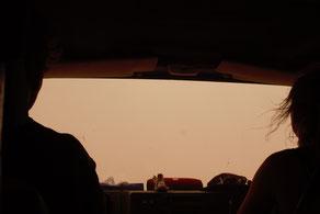 Die Sicht im Sandsturm fällt auf unter 10m