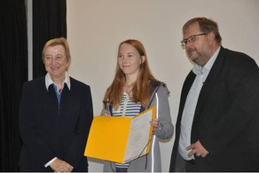 Bernhard Sicking, Leiter des Bundeswettbewerbs, würdigte in Anwesenheit von Roswitha Strickstrack-Garcia, der Landesbeauftragten Niedersachsens, das exzellente sprachliche Können; in der Mitte Siegerin Laura Willems aus Limburg.