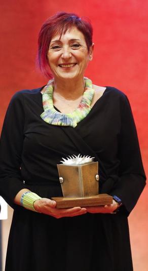 Elia Barceló recibiendo el Premio Edebé