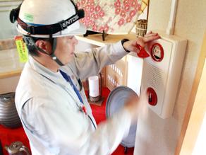 火災警報装置の設置取付工事の様子