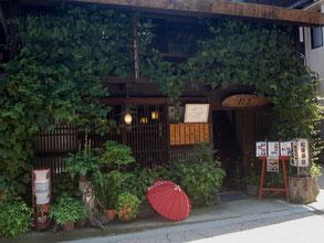 築180年の古民家カフェ。格子窓から眺める風景もいい