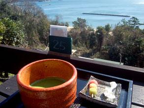 三河湾の青い海を眺めながらテラス席で西尾の抹茶など(880円)