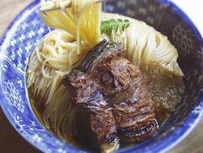長浜の郷土料理、焼き鯖そうめん(900円)。翼果楼で