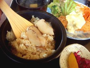 昼食は、秋の味覚の松茸ごはんランチ(1100円)など