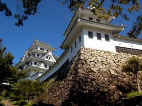 白亜の天守閣が美しい郡上八幡城。山頂に無料駐車場あり