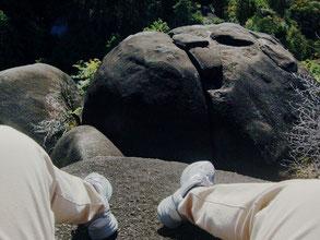 蓮華岩の下にも巨岩がゴロゴロ。ユニークな風景