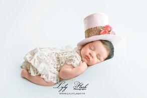 photo bébé naissance avec chapeau rose newborn posing en studio photo dans le var par lylyflash