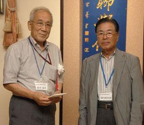 東井克夫氏へ横内理事長から祝い金贈呈