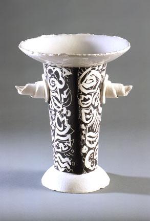 Konische Vasen mit ausladendem Kragen, weissen Griffen und schwarz-weissen Blumendekors