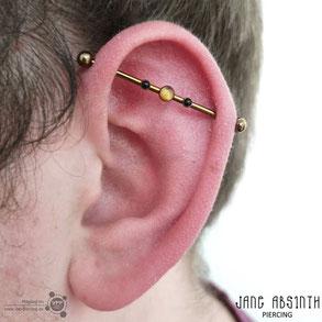 Industrial Piercing mit dem Bronze anodisiertem Titanschmuck und Onyx sowie Bernstein
