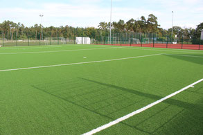 Auf den Tennisplätzen wurde Kunstrasen verlegt.