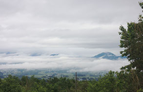 6/8AM:薄い雲海の下にちらりと見える町