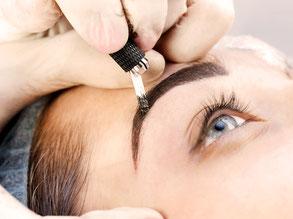 kosmetikstudio-nagelstudio-by-maica-frau-schönheit-nageldesign-kosmetikbehandlung-augenbrauenkorrektur