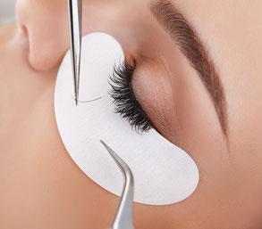 kosmetikstudio-nagelstudio-by-maica-frau-schönheit-nageldesign-kosmetikbehandlung-wimpernfaerben