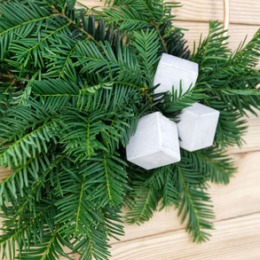Detailed view of the concrete cube winter wreath by PASiNGA decor ideas