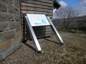 先日の強風でサイロの説明看板が倒れていました。