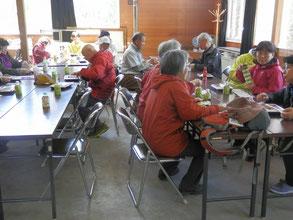 お弁当を囲みながら懇親会