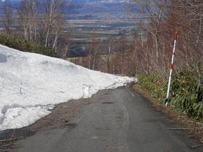 展望台付近ではまだまだ残雪がありました。