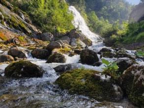 Die Angst besser Verstehen und anders damit umgehen. Wieder im Fluss des Lebens sein, wie dieser Wasserfall.