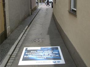Fußbodenaufkleber können auch als Wegweiser dienen.