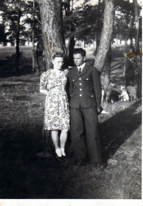 Stanisław Mularczyk sierżant wojsk lotniczych z swoją przyszłą żoną Ireną.