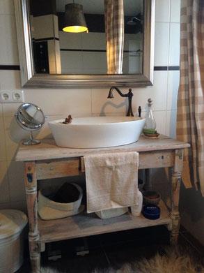Waschtisch vintage  Das Badezimmer als Wohn(t)raum - Land & Liebe Badmöbel Landhaus