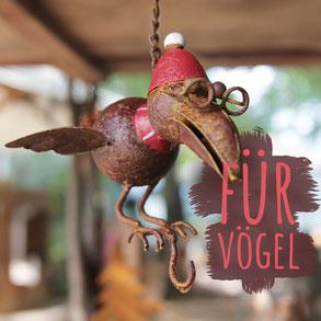 """Vogel mit Pudelmütze in Rostoptik mit Haken zum Aufhängen von Vogelfutter. Foto trägt die Aufschrift """"Für Vögel""""."""