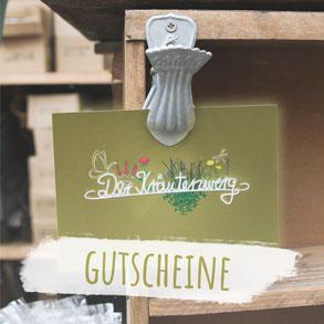 """Postkarte in olivgrün mit der Aufschrift """"Kräuterzwerg"""" mit Blumen. Foto trägt die Aufschrift """"Gutscheine""""."""