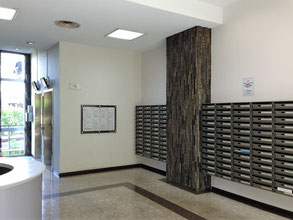 事務所のあるマンション「スカイメナー」のエントランスホール