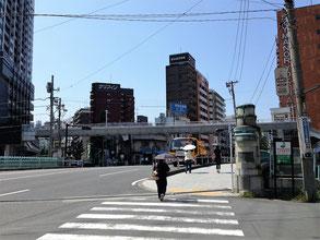 万里橋を渡った右手の茶色いマンションに事務所があります。