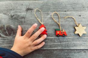 Kinderhand und Weihnachtsdeko