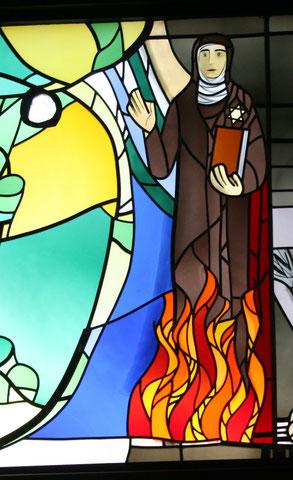 アロイス・プルム作ステンドグラス「エディット・シュタインとマキシミリアム・コルベ」(撮影はAnne-Madeleine Plum from Wikimedia Commons)の一部