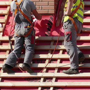 Dachdecker bei der Arbeit bei Hannover  -  Zimmerei Holzbau Wolfgang Brandt in Bodenwerder für Dacharbeiten